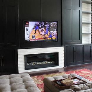 クリーブランドの大きいモダンスタイルのおしゃれなファミリールーム (ベージュの壁、濃色無垢フローリング、標準型暖炉、レンガの暖炉まわり、壁掛け型テレビ) の写真