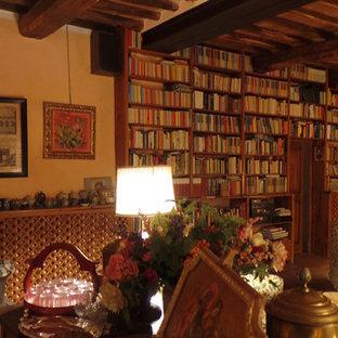 ミラノの地中海スタイルのおしゃれなファミリールームの写真