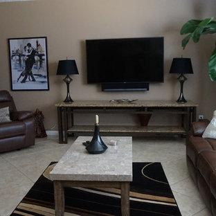 Idee per un soggiorno contemporaneo di medie dimensioni e chiuso con pareti beige, pavimento in travertino, nessun camino, TV a parete e pavimento beige