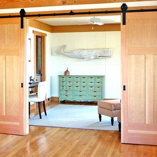 Foto di un soggiorno tropicale di medie dimensioni con pareti bianche e pavimento in legno massello medio