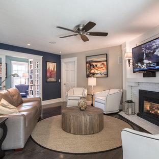 他の地域の中サイズのコンテンポラリースタイルのおしゃれな独立型ファミリールーム (青い壁、濃色無垢フローリング、標準型暖炉、レンガの暖炉まわり、壁掛け型テレビ、茶色い床) の写真