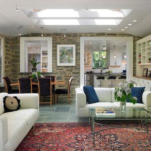 Immagine di un soggiorno eclettico di medie dimensioni e aperto con pareti bianche e pavimento in ardesia