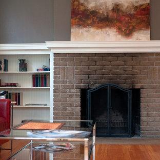他の地域の中サイズのコンテンポラリースタイルのおしゃれなファミリールーム (紫の壁、淡色無垢フローリング、標準型暖炉、レンガの暖炉まわり) の写真