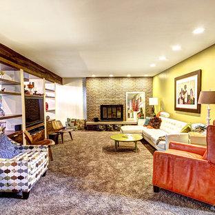 Immagine di un soggiorno eclettico con moquette, camino classico, cornice del camino in pietra, parete attrezzata e pareti multicolore