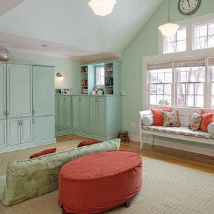ニューヨークの中サイズのトラディショナルスタイルのおしゃれなファミリールーム (淡色無垢フローリング、内蔵型テレビ、青い壁、暖炉なし、茶色い床) の写真