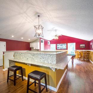 ジャクソンビルの中サイズのトラディショナルスタイルのおしゃれな独立型ファミリールーム (ゲームルーム、マルチカラーの壁、淡色無垢フローリング、暖炉なし、テレビなし、茶色い床) の写真