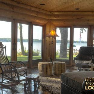 Immagine di un grande soggiorno stile rurale con pareti marroni, pavimento in ardesia e pavimento marrone