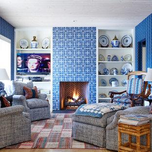 Foto di un soggiorno classico chiuso con pareti multicolore, camino classico, cornice del camino piastrellata e parete attrezzata