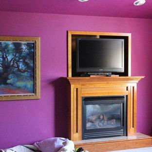 Inspiration pour une salle de séjour traditionnelle de taille moyenne et fermée avec un mur violet, moquette, une cheminée standard, un manteau de cheminée en bois et un téléviseur indépendant.