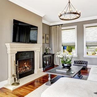 マンチェスターの中サイズのビーチスタイルのおしゃれな独立型ファミリールーム (グレーの壁、無垢フローリング、標準型暖炉、金属の暖炉まわり、壁掛け型テレビ) の写真