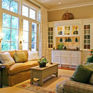 他の地域の中サイズのトラディショナルスタイルのおしゃれな独立型ファミリールーム (ホームバー、ベージュの壁、無垢フローリング、暖炉なし、テレビなし、茶色い床) の写真