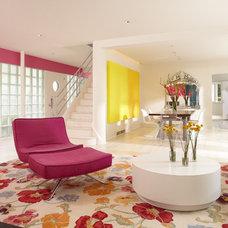 Modern Family Room by Streeter & Associates, Inc.