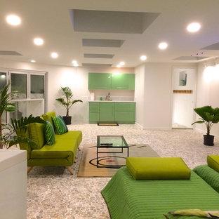 ハワイの中サイズのトロピカルスタイルのおしゃれなファミリールーム (ホームバー、白い壁、スレートの床、暖炉なし、壁掛け型テレビ、マルチカラーの床) の写真