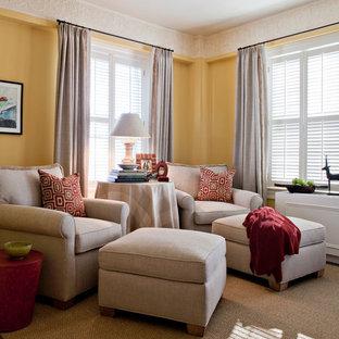 Ejemplo de sala de estar abierta, tradicional renovada, pequeña, sin chimenea, con paredes amarillas, televisor independiente y moqueta