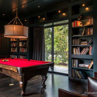 Foto de sala de estar clásica renovada con paredes azules y suelo de madera oscura