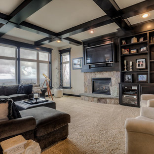 Immagine di un grande soggiorno tradizionale stile loft con sala della musica, pareti beige, moquette, camino classico, cornice del camino in pietra e TV a parete