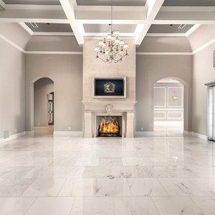 フェニックスの巨大な地中海スタイルのおしゃれなオープンリビング (ホームバー、マルチカラーの壁、大理石の床、標準型暖炉、石材の暖炉まわり、壁掛け型テレビ、マルチカラーの床) の写真
