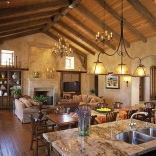 Offenes Mediterranes Wohnzimmer mit beiger Wandfarbe, dunklem Holzboden, Kamin und verputztem Kaminsims in San Francisco