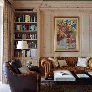 Inspiration pour une salle de séjour avec une bibliothèque ou un coin lecture méditerranéenne de taille moyenne et fermée avec un sol en calcaire, un sol beige et un mur beige.