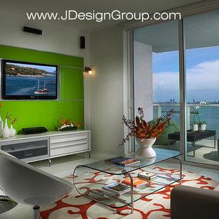 Cette photo montre une salle de séjour tendance de taille moyenne et ouverte avec un mur vert, un sol en marbre, un téléviseur fixé au mur et un sol blanc.