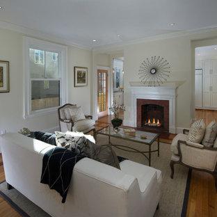 ボストンの中サイズのヴィクトリアン調のおしゃれなファミリールーム (白い壁、無垢フローリング、標準型暖炉、レンガの暖炉まわり、テレビなし、ベージュの床) の写真