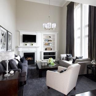 Diseño de sala de estar abierta, tradicional renovada, con paredes grises, chimenea tradicional y pared multimedia