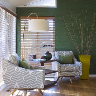 Cette photo montre une grand salle de séjour rétro ouverte avec un mur vert, un sol en bois brun et un sol marron.