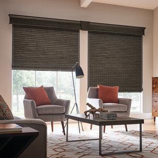 Ejemplo de sala de estar cerrada, vintage, de tamaño medio, sin chimenea, con paredes beige, suelo de madera clara y suelo beige