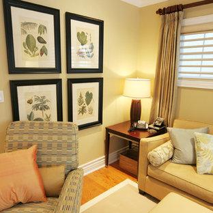 Ispirazione per un soggiorno chic di medie dimensioni e chiuso con pareti gialle e parquet chiaro