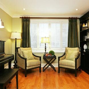 Foto de sala de estar con rincón musical cerrada, clásica, de tamaño medio, con paredes verdes y suelo de madera clara