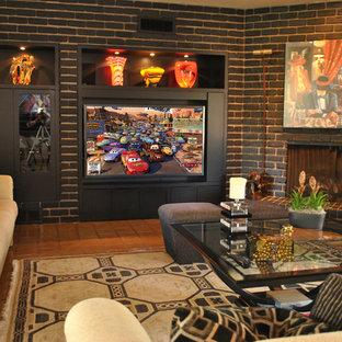 フェニックスの広いコンテンポラリースタイルのおしゃれなオープンリビング (グレーの壁、テラコッタタイルの床、コーナー設置型暖炉、レンガの暖炉まわり、埋込式メディアウォール) の写真