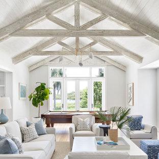 Offener Maritimer Hobbyraum ohne Kamin mit weißer Wandfarbe, hellem Holzboden, beigem Boden, freigelegten Dachbalken, Holzdielendecke und gewölbter Decke in Sonstige