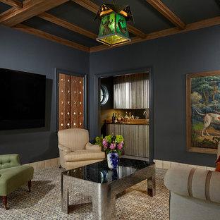 Foto di un soggiorno mediterraneo chiuso con angolo bar, pareti blu, moquette, TV a parete e pavimento grigio