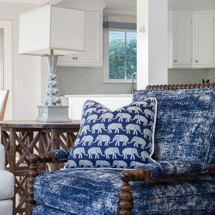Cette image montre une salle de séjour ethnique de taille moyenne et ouverte avec un mur bleu, un sol en bois clair et un téléviseur encastré.