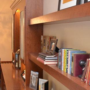 他の地域の大きいコンテンポラリースタイルのおしゃれなファミリールーム (ベージュの壁、淡色無垢フローリング、標準型暖炉、レンガの暖炉まわり、黄色い床) の写真