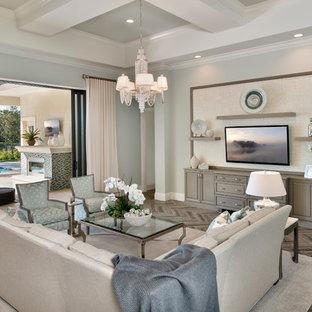 Ispirazione per un ampio soggiorno tradizionale aperto con pavimento con piastrelle in ceramica, TV a parete e pareti blu