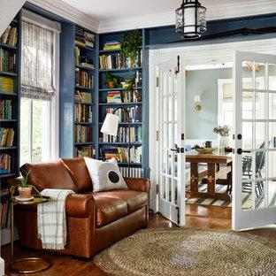 Abgetrennte Country Bibliothek mit blauer Wandfarbe, braunem Holzboden und braunem Boden in Washington, D.C.