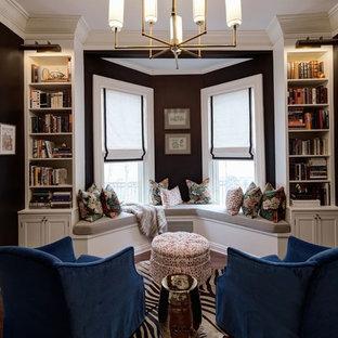 シカゴの中サイズのトラディショナルスタイルのおしゃれな独立型ファミリールーム (黒い壁、無垢フローリング、暖炉なし、茶色い床) の写真