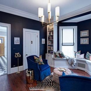 Esempio di un soggiorno classico di medie dimensioni e chiuso con pareti nere, pavimento in legno massello medio, nessun camino e pavimento marrone