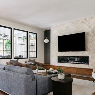 Immagine di un soggiorno minimal con pareti bianche, pavimento in legno massello medio, camino lineare Ribbon, cornice del camino piastrellata, TV a parete, pavimento marrone e carta da parati