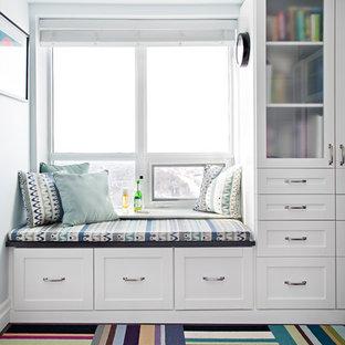 トロントのトランジショナルスタイルのおしゃれなファミリールーム (青い壁、マルチカラーの床、カーペット敷き) の写真