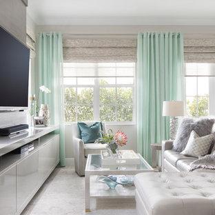 Ejemplo de sala de estar abierta, marinera, pequeña, con paredes grises, suelo de baldosas de porcelana, pared multimedia y suelo gris