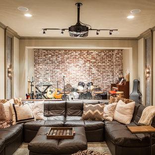 Inspiration för rustika avskilda allrum, med ett musikrum och beige väggar