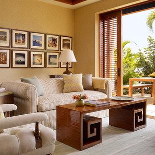 ハワイのトロピカルスタイルのおしゃれなファミリールーム (ベージュの壁) の写真