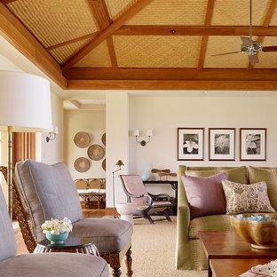 Exemple d'une salle de séjour exotique ouverte avec un mur blanc.