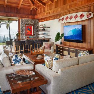 ハワイの大きいトロピカルスタイルのおしゃれなファミリールーム (暖炉なし、壁掛け型テレビ、ホームバー、茶色い壁、茶色い床) の写真