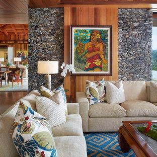 ハワイの中サイズのトロピカルスタイルのおしゃれなファミリールーム (白い壁、暖炉なし、壁掛け型テレビ) の写真