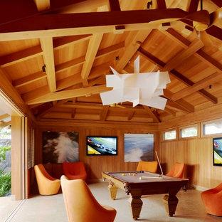 ハワイのトロピカルスタイルのおしゃれなファミリールーム (ゲームルーム、茶色い壁、壁掛け型テレビ、ベージュの床) の写真