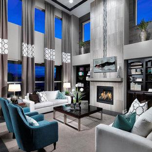 Cette image montre une grande salle de séjour design ouverte avec un mur gris, une cheminée standard, un manteau de cheminée en carrelage et un téléviseur fixé au mur.