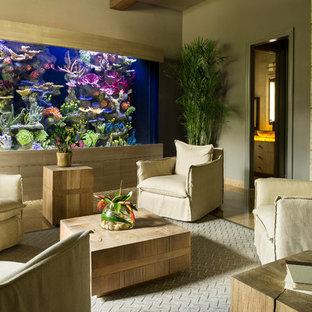 Modelo de sala de estar cerrada, tradicional renovada, con paredes beige